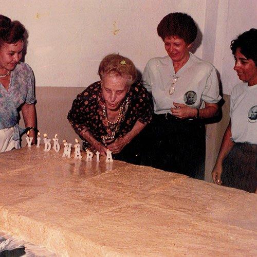 Sra. Maria Apagando as velas onde dizia – Viva dona Maria – dia de seus 90 anos.