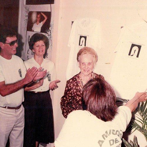 Sra. Maria descobrindo as placas comemorativas.